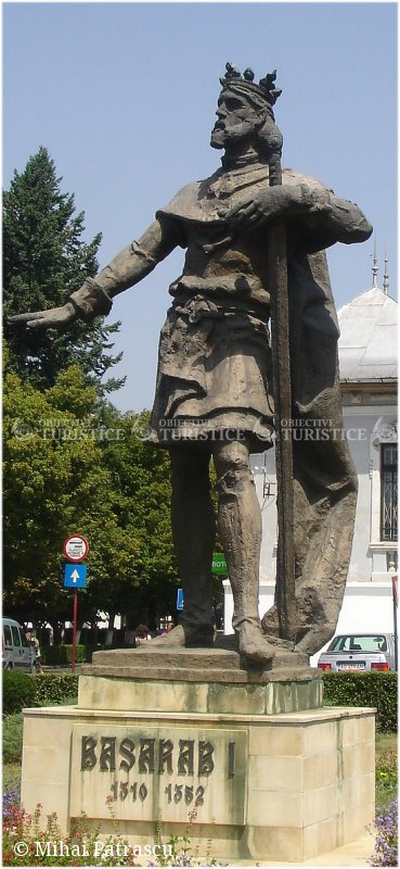 Statuia domnitorului Basarab I
