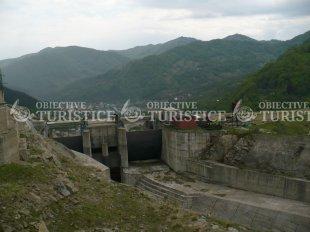 Lacul de acumulare si barajul Siriu